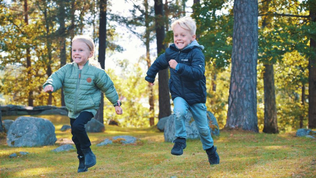 Lapset juoksevat kilpaa
