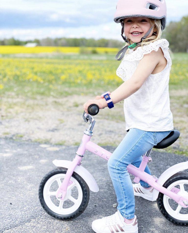 Lapsi pyöräilee iloisena