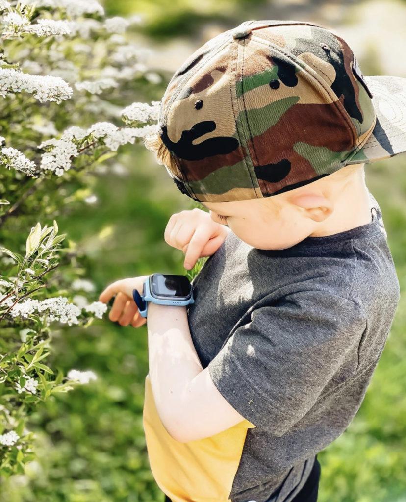 Lapsi tutkii xploraa ulkona