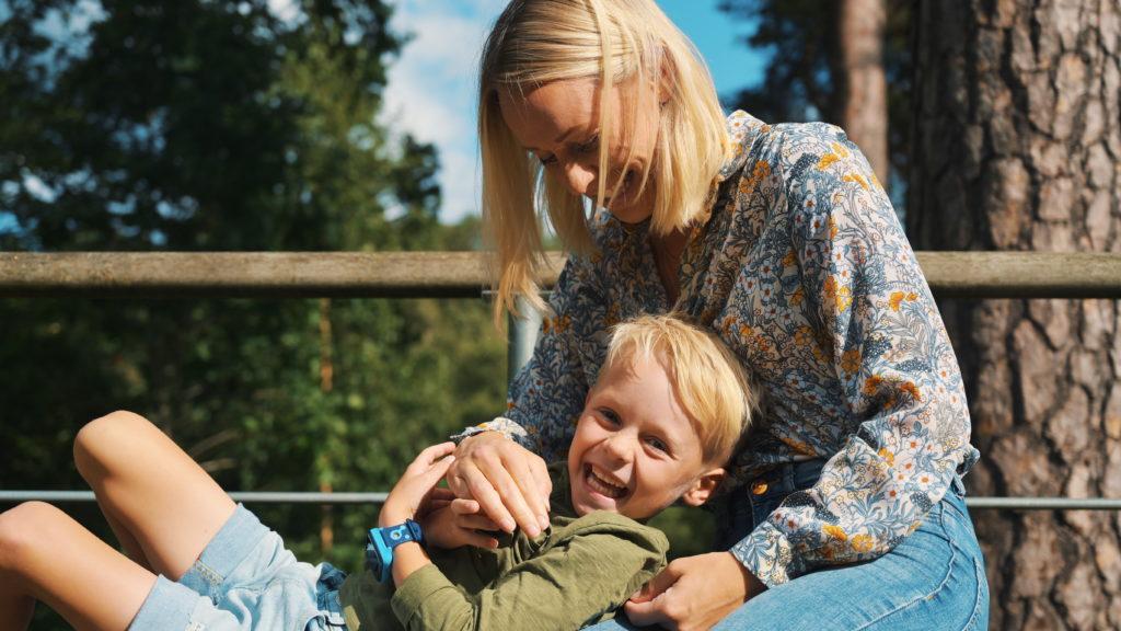 Äiti ja lapsi iloisina
