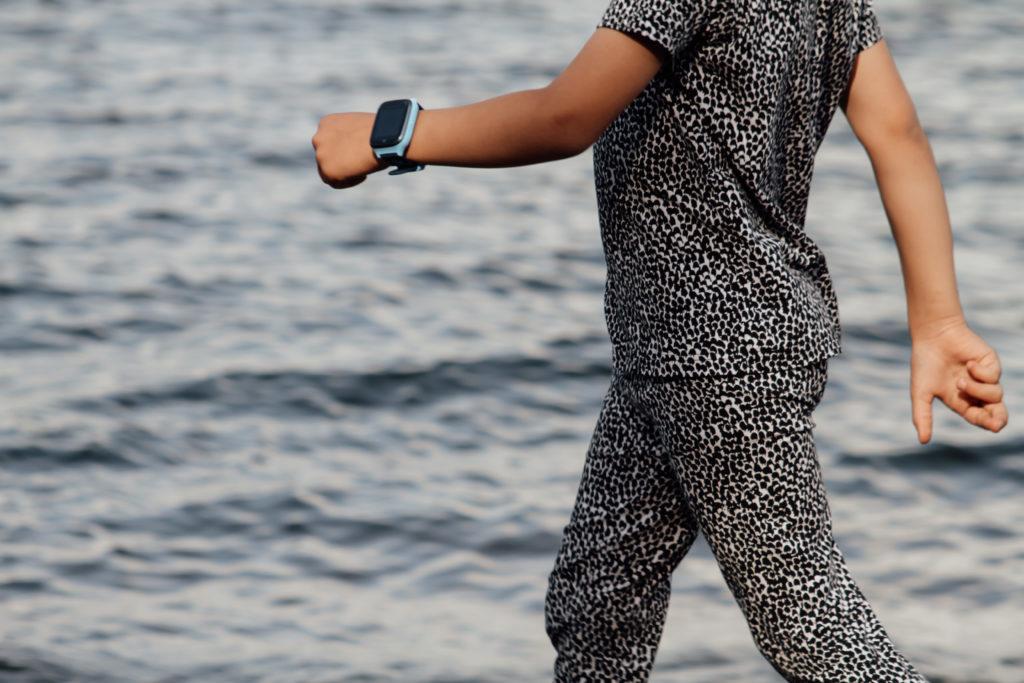 Lapsi kävelee rantakalliolla Xplora ranteessaan.