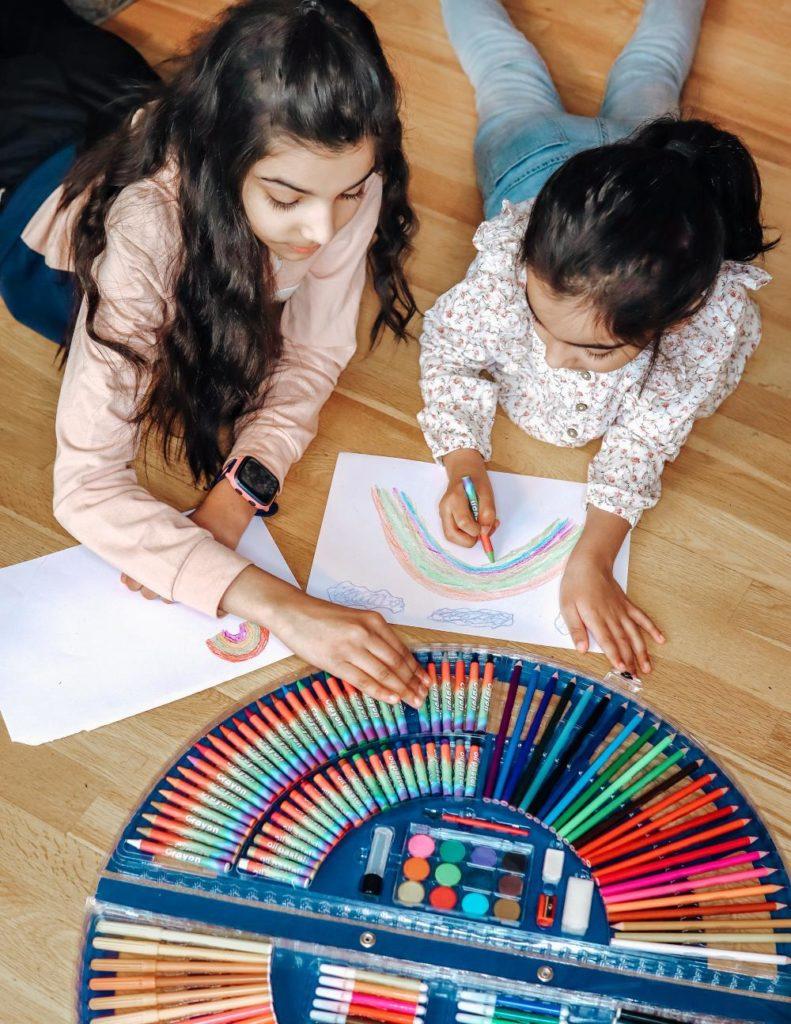 Lapset piirtävät