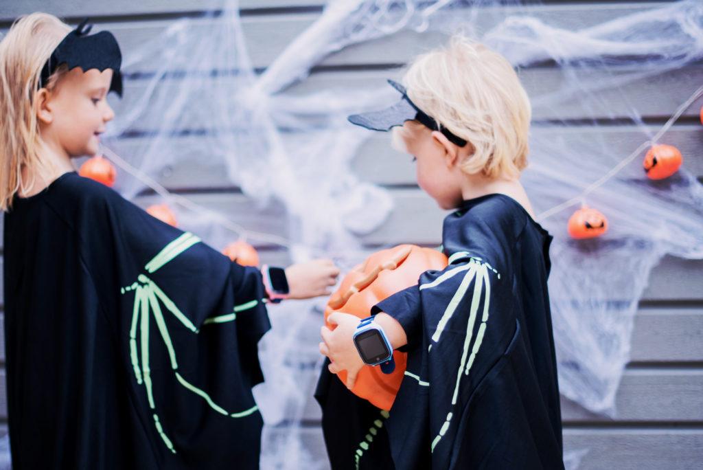 Kaksi lasta pukeutuneena halloween aiheisesti.