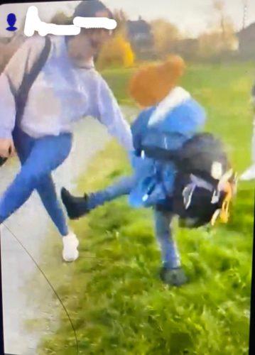 Näyttökuva videosta, jossa teinitytöt kiusaavat pientä poikaa