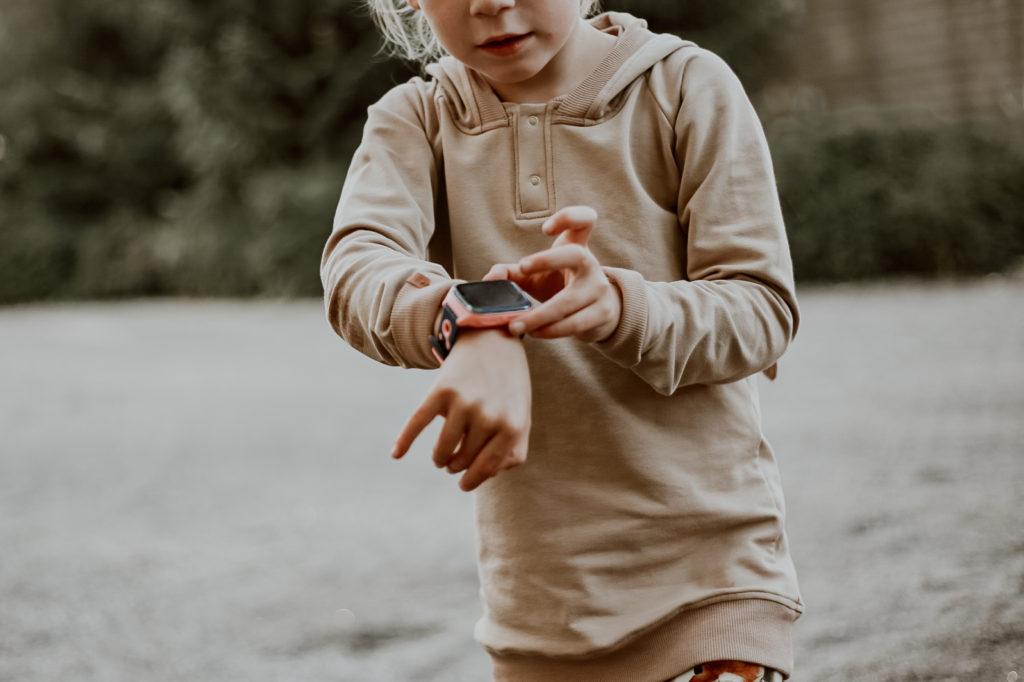 lapsi soittaa Xploralla sos-puhelun. Lapsen ensimmäinen puhelin