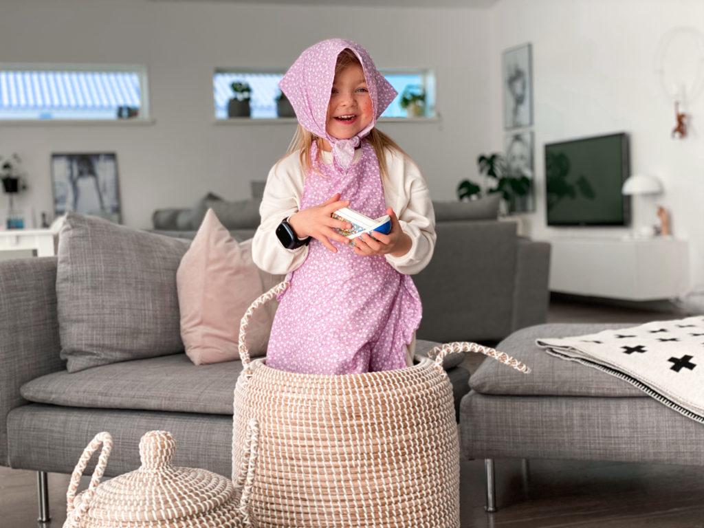 Lapsi pukeutuneena pääsiäisnoidaksi. Xplora X5 Play ranteessa.