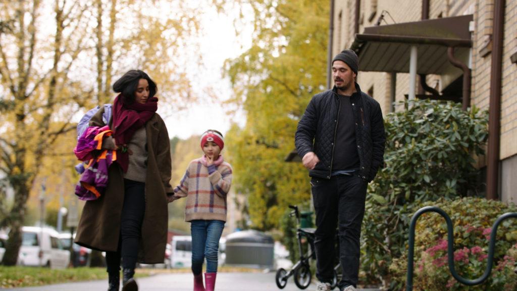 Perhe kävelee kadulla
