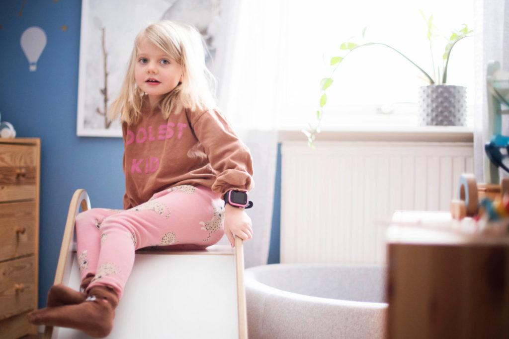 Lapsi istuu liukumäen päällä. Anna lapsen kokea tylsyyttä.
