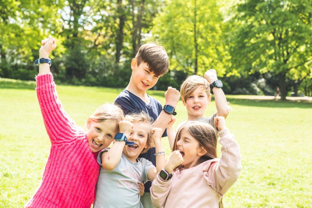 Lapset ulkona Xplora puhelimet ranteessa