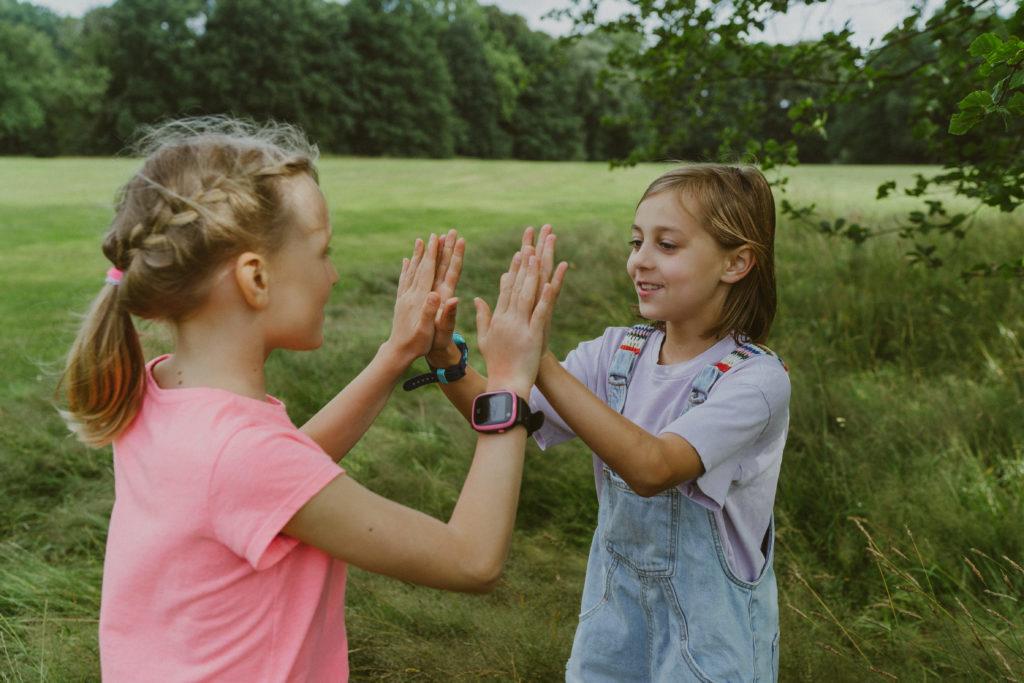 Tytöt Xplora kellot kädessä