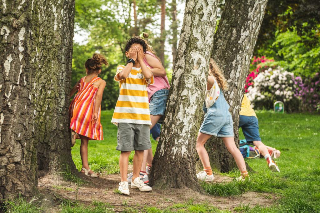 Lapset leikkivät piilosta